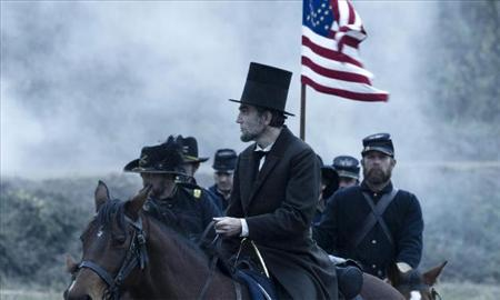 Daniel-Day Lewis riding a horse in Lincoln (2012)